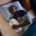 Man slaapt in bed met Somnox slaaprobot