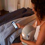 Vrouw knuffelt met Somnox slaaprobot
