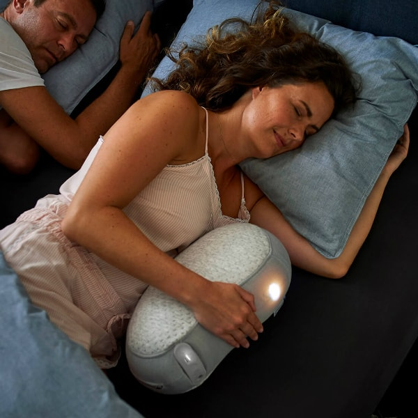 Vrouw slaapt in bed met Somnox slaaprobot